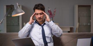 stressz- munkamániás férfi dolgozik a kanapéján